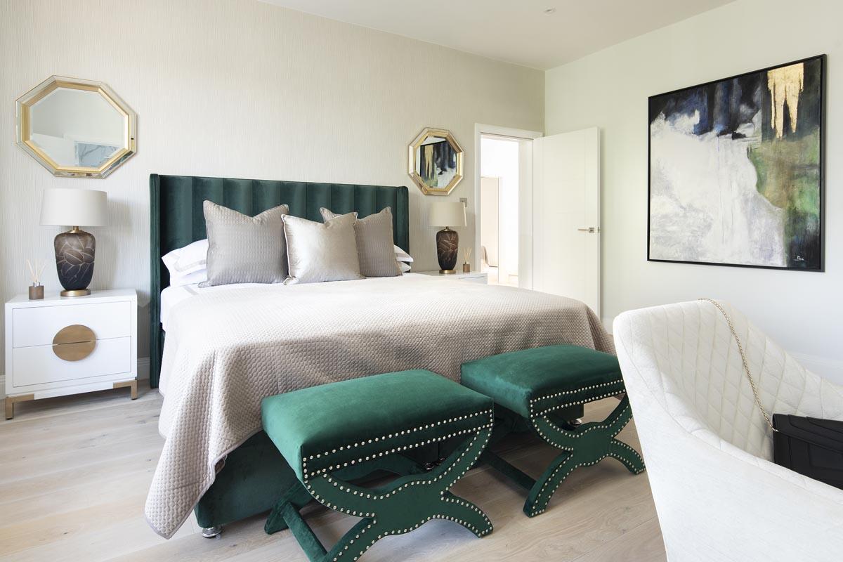Contemporary master bedroom in Kensington in Emerald color